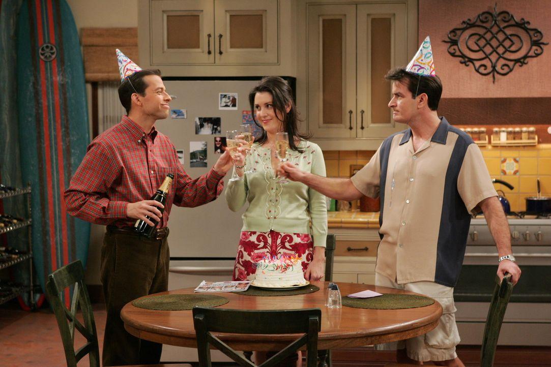 Feiern Geburtstag: Alan (Jon Cryer, l.), Charlie (Charlie Sheen, r.) und Rose (Melanie Lynskey, M.) ... - Bildquelle: Warner Brothers Entertainment Inc.