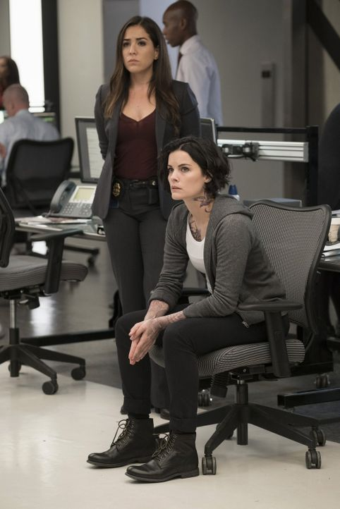 Zwischen Jane (Jaimie Alexander, r.) und Tasha Zapata (Audrey Esparza, l.) entwickelt sich langsam so etwas wie eine Freundschaft, was Jane dazu ver... - Bildquelle: Warner Brothers