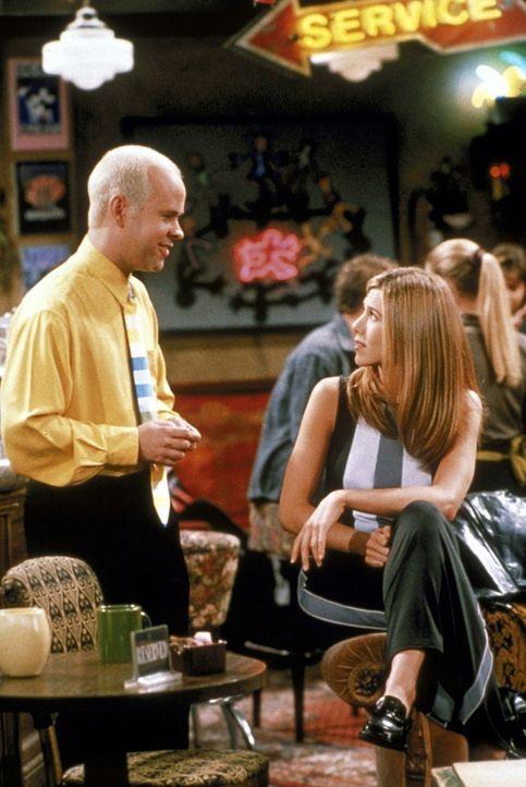 Rachel (Jennifer Aniston, r.) versucht, Ross eifersüchtig zu machen, doch wie es scheint, vergeblich ... - Bildquelle: TM+  2000 WARNER BROS.