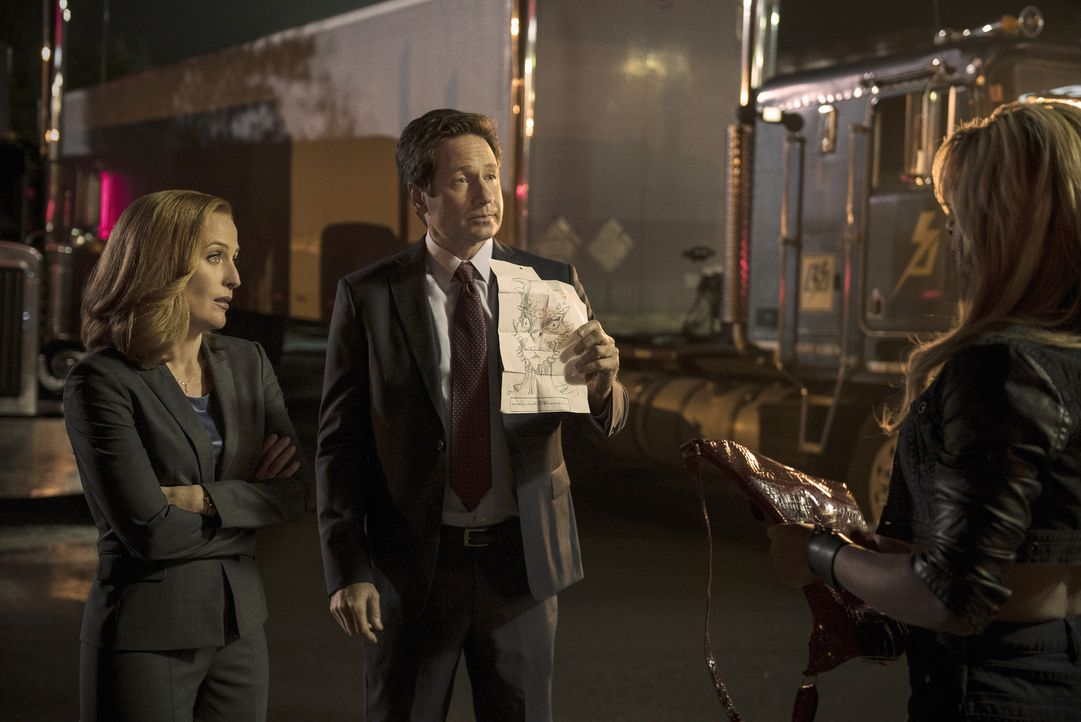 Machen sich mit einem etwas ungewöhnlichen Fahndungsfoto auf die Suche nach einem Mörder: Scully (Gillian Anderson, l.) und Mulder (David Duchovny,... - Bildquelle: 2016 Fox and its related entities.  All rights reserved.