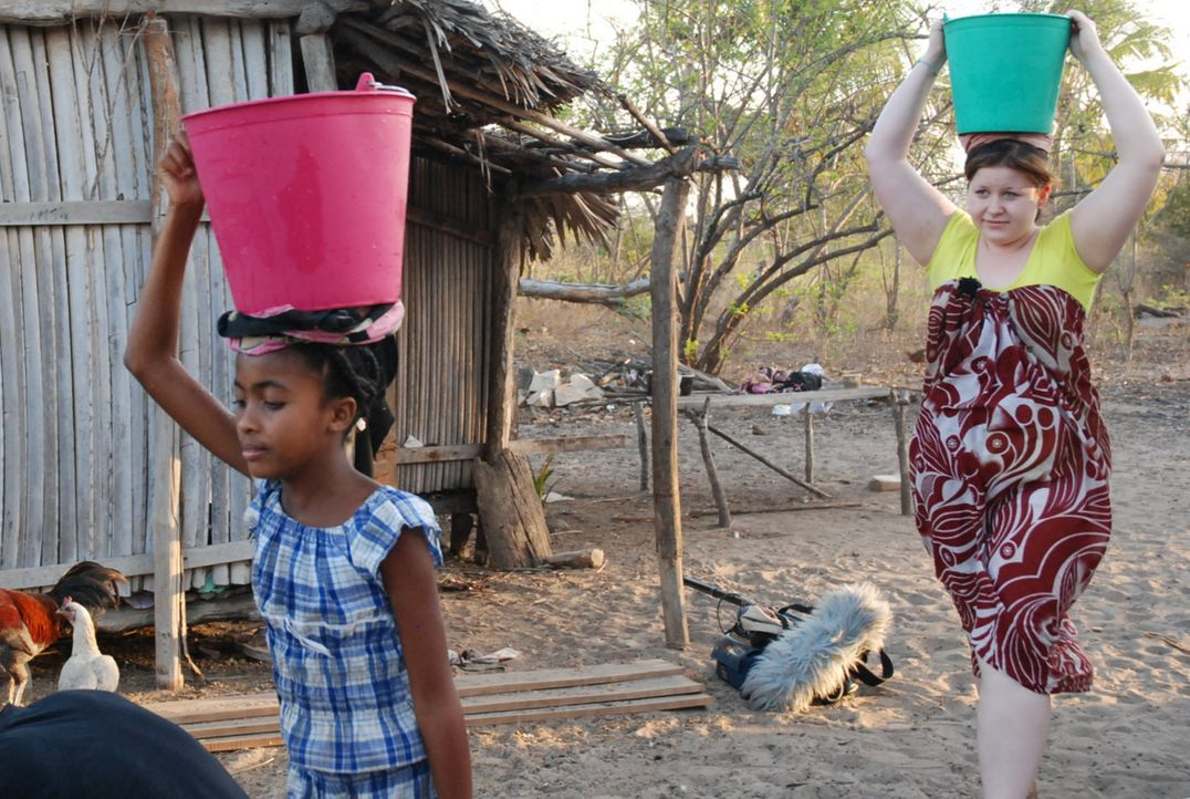 Zusammen mit ihrer Gastschwester Sarah (l.) muss Marta (r.) Wasser aus dem Brunnen holen. - Bildquelle: kabel eins