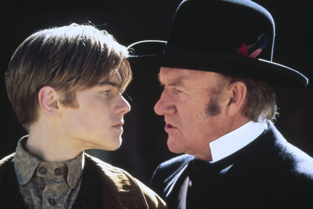 Der junge Kid (Leonardo DiCaprio, l.) wartet seit Jahren darauf, sich mit dem hemmungslosen Bürgermeister Herod (Gene Hackman, r.) bei dem skurrilen... - Bildquelle: Columbia TriStar Film