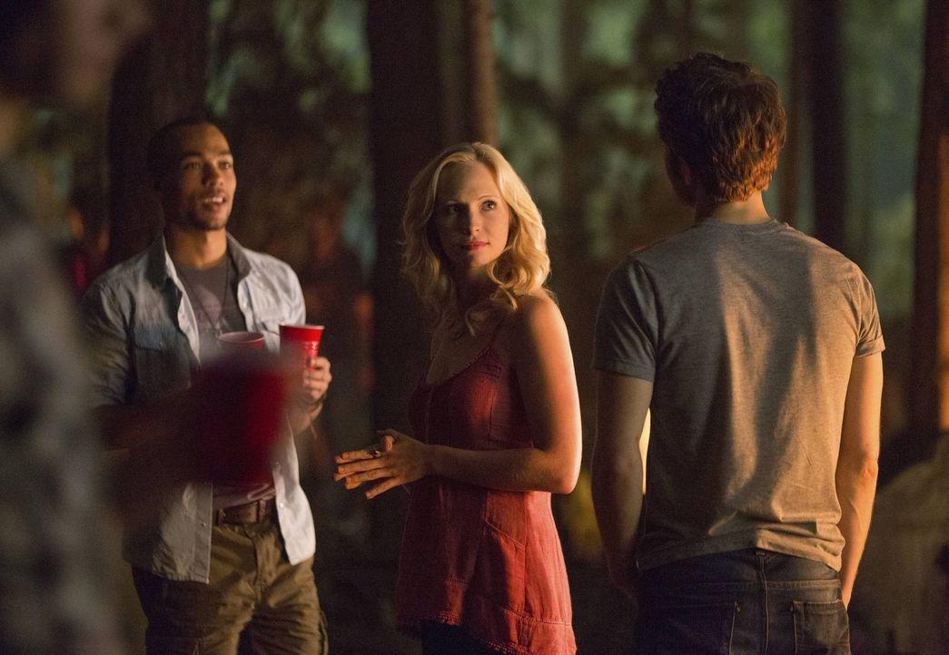Stefan (Paul Wesley, r.) stört unerwartet ein Date von Caroline (Candice Accola, M.) und Jesse (Kendrick Sampson, l.), doch die überraschende Bege... - Bildquelle: Warner Brothers