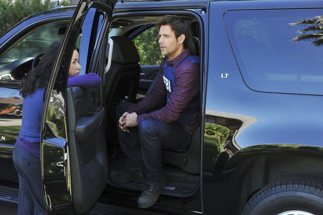 Versuchen alles, um einen Sniper zu stellen: Mick (Matt Ryan, r.) und Beth (Janeane Garofalo, l.) ... - Bildquelle: ABC Studios