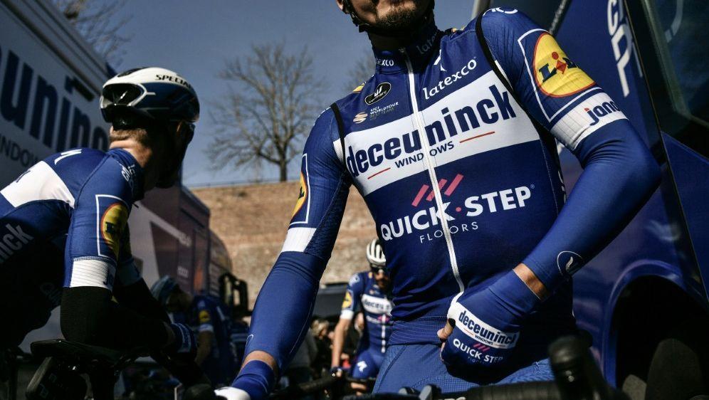 Julian Alaphilippe hatte im Ziel zwei Sekunden Vorsprung - Bildquelle: AFPSIDMARCO BERTORELLO