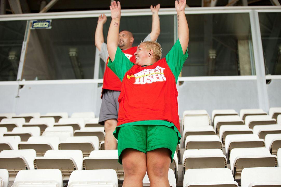 La-Ola-Welle im Fußballstadion: Sandy (r.) und Matthias (l.) ... - Bildquelle: Enrique Cano SAT.1