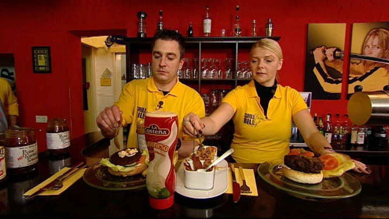 """Serviceaushilfe Thomas """"Tommi"""" Köthe (l.) und Anja Rinne (r.) bei der Zubereitung der Burger. - Bildquelle: kabel eins"""