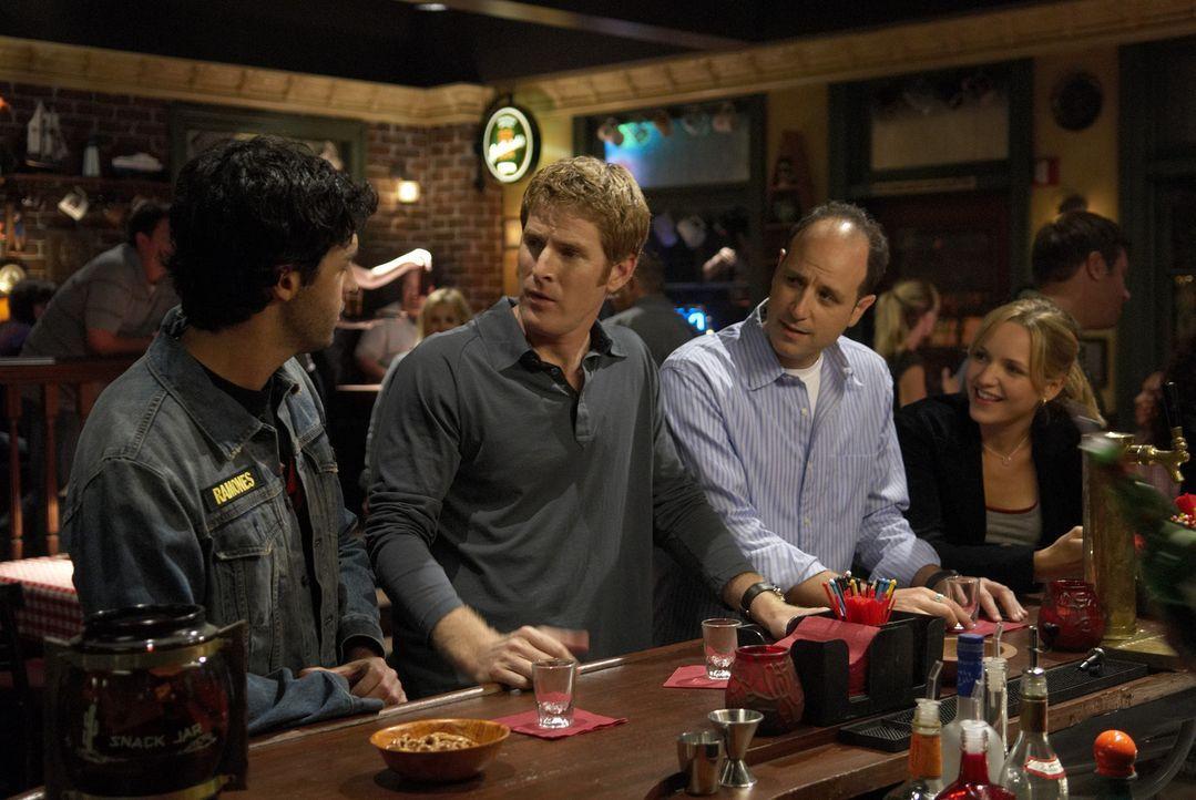 Mike (Jamie Kaler, 2.v.l.), Kenny (Michael Bunin, 2.v.r.) und Brendan (Reid Scott, l.) beschließen, gemeinsam auf die Piste zu gehen, um Frauen auf... - Bildquelle: 2006 Sony Pictures Television Inc. All Rights Reserved.