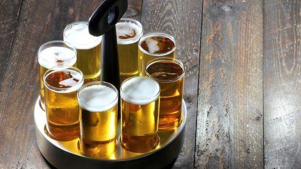 Ein Bierträger mit Kölsch steht auf dem Tisch