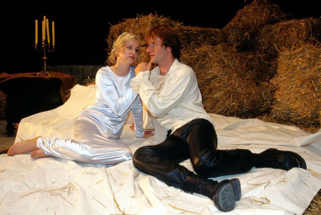 """Noch scheinen Sabine (Anette Hellwig, l.), die Darstellerin der """"Julia"""",  und ihr """"Romeo"""" (Karsten Rühl, r.) ein durchaus passendes Paar zu ergeben... - Bildquelle: Ali Schafler Sat.1"""