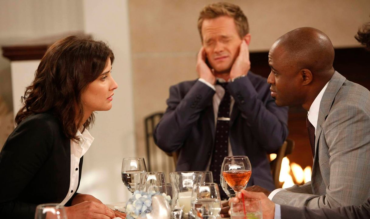 Als James (Wayne Brady, r.) seine Scheidung bekannt gibt, macht sich Robin (Cobie Smulders, l.) Sorgen darüber, wie Barney (Neil Patrick Harris, M.)... - Bildquelle: 2013 Twentieth Century Fox Film Corporation. All rights reserved.