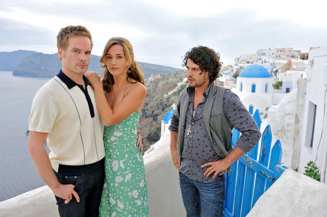 Als Tim (Wanja Mues, l.) kurz vor der Hochzeit mit Vanessa (Alissa Jung, M.) einen Rückzieher macht, reist sie ihm auf die griechische Insel Santori... - Bildquelle: Hardy Brackmann Sat.1