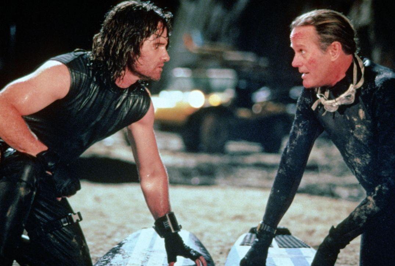 Snake (Kurt Russel, l.) enthält vom Endzeitsurfer Pipeline (Peter Fonda, r.) einen Schnellkursus im Tsunami-Reiten ... - Bildquelle: Paramount Pictures