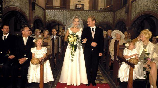 Linda (Anna Loos, l.) tritt mit Christian (Joachim Paul Assböck, r.) vor den...