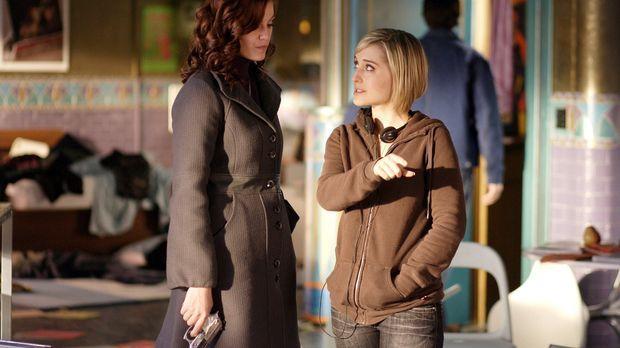 Während Chloe (Allison Mack, r.) weitere Nachforschungen über Lana anstellt,...