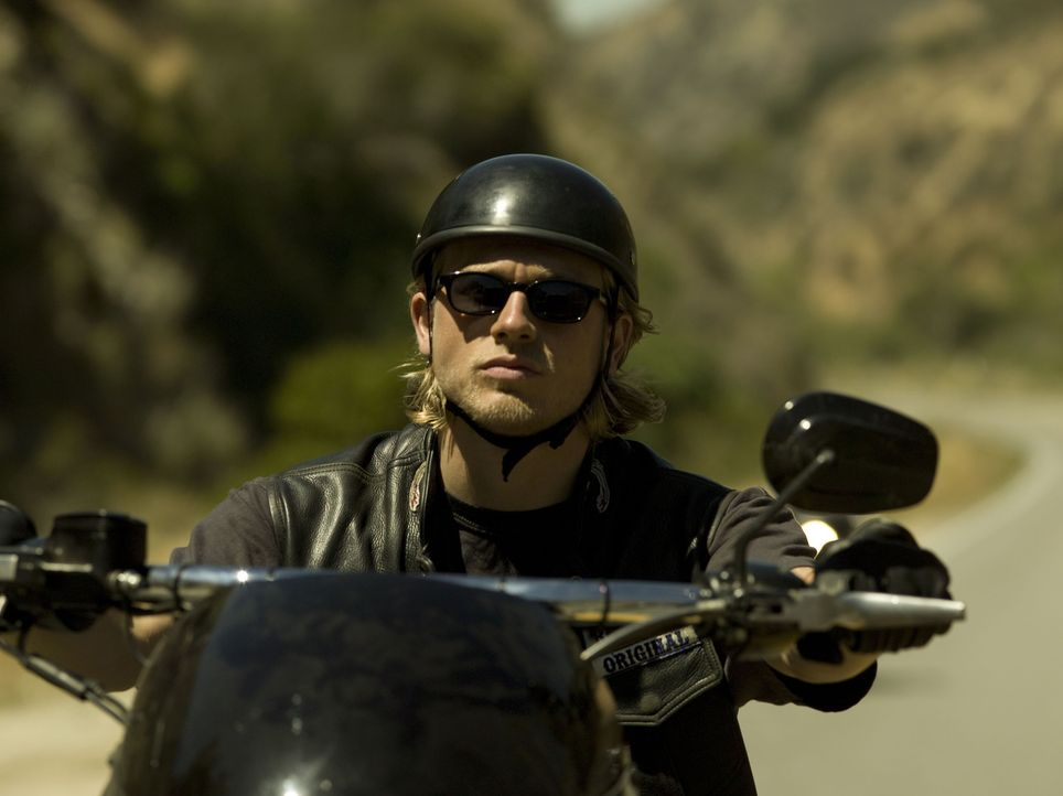 """(1. Staffel) - Jax (Charlie Hunnam) ist Vizepräsident der """"Sons of Anarchy"""". Diese handeln mit Waffen und weichen Drogen, lassen sich als Sicherhei... - Bildquelle: 2008 FX Networks, LLC. All rights reserved."""