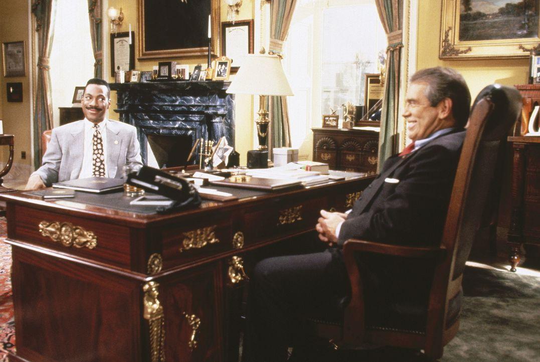 Der ausgefuchste Altsenator Dick Dodge (Lane Smith, r.) kann dem frischgebackenen Abgeordneten Thomas Jefferson Johnson (Eddie Murphy) schon bald de... - Bildquelle: Buena Vista Pictures