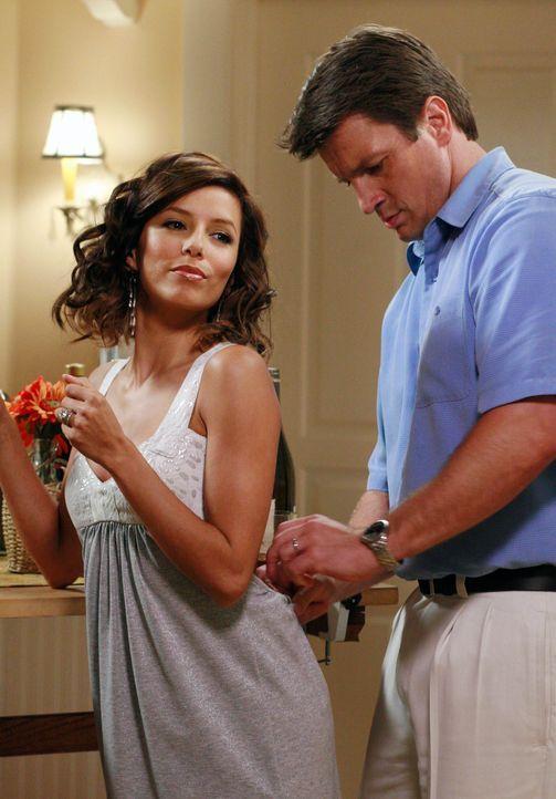 Gabrielle (Eva Longoria, l.) lässt keine Möglichkeit aus, um Carlos eifersüchtig zu machen und flirtet deshalb heftig mit Adam (Nathan Fillion, r.)... - Bildquelle: ABC Studios