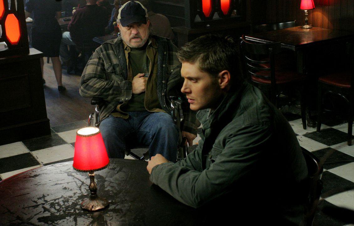 """Die Brüder Sam und Dean (Jensen Ackles, r.) treffen auf einen Hexer, der ein Pokerspiel veranstaltet, bei dem der Einsatz """"Geld gegen Lebensjahre""""... - Bildquelle: Warner Bros."""