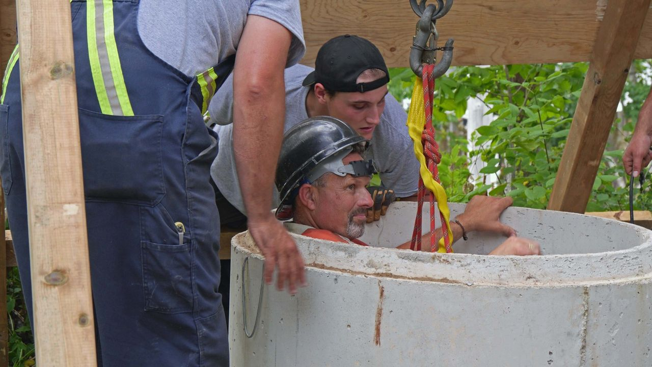 """Rick und Marty erforschen den mysteriösen """"Hatch"""", einen geheimen Zugang zu einem unterirdischen Tunnel auf Insel. - Bildquelle: 2016 A&E Television Networks, LLC. All Rights Reserved."""