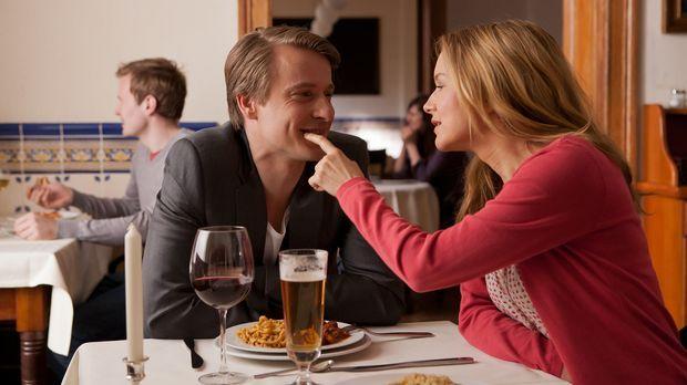 Während sich David (Max von Pufendorf, l.) und Nina (Stefanie Stappenbeck, r....