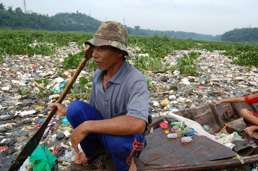 Der 55-jährige Fischer Herman fischt seit 1980 im Citerum Fluss - mittlerweile nicht mehr nach Fischen, sondern nach Plastik ... - Bildquelle: Quicksilver Media 2012