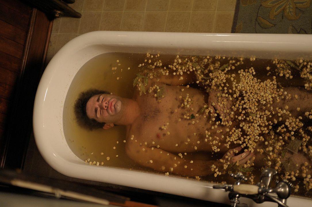 Mit einem ganz besonderen Bad, versucht Aiden (Sam Witwer) seinen Vampirorganismus zu beruhigen ... - Bildquelle: Phillipe Bosse Syfy Channel