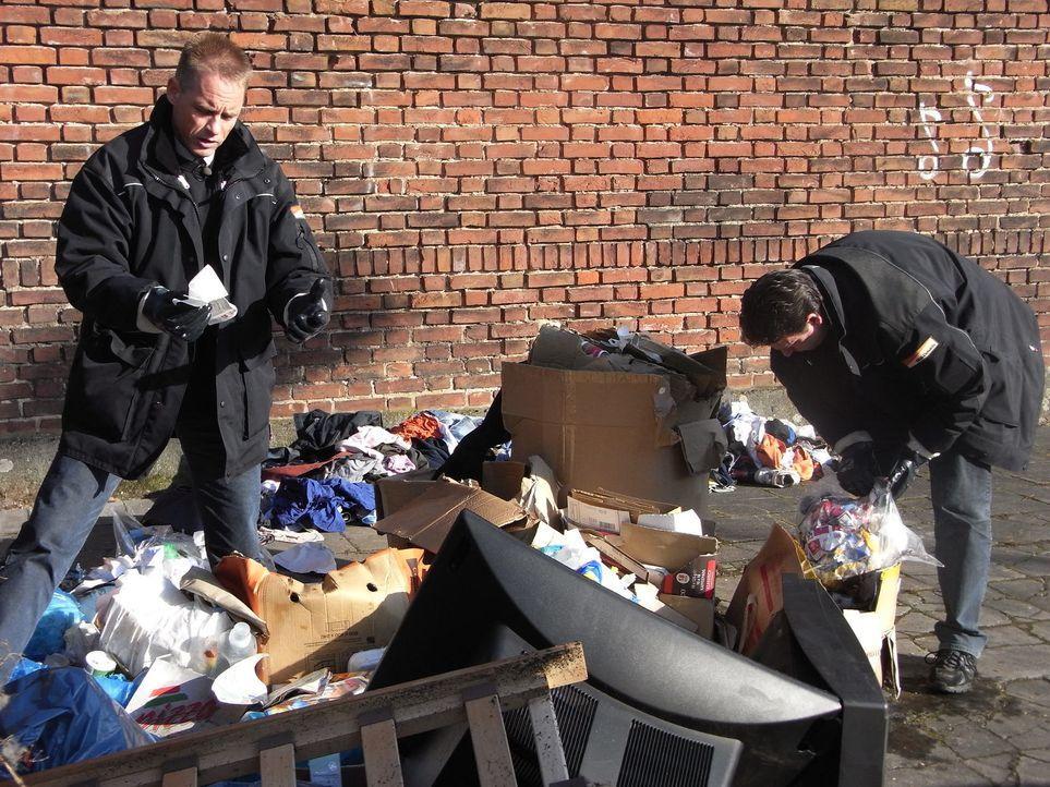 Die Kölner Mülldetektive Dieter (l.) und Ralf (r.) finden im wild abgeladenen Krempel die Adresse eines Kiosks. Der Besitzer weiß angeblich von nich... - Bildquelle: kabel eins