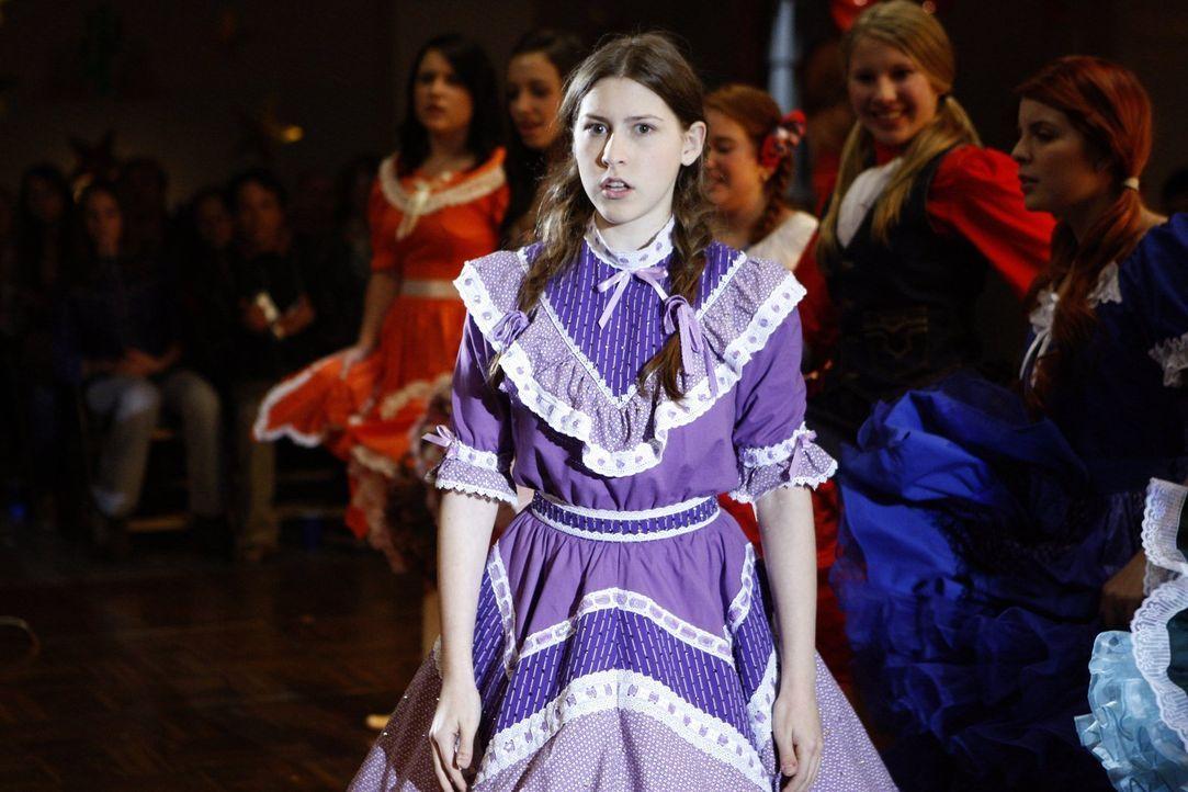 Wird Sue (Eden Sher) jetzt zum Square-Dance-Profi oder vermasselt sie auch diesen Auftritt? - Bildquelle: Warner Brothers