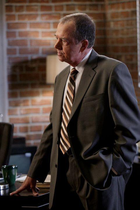 Virgil Minelli (Gregory Itzin) teilt dem Team seine Entscheidung mit, dass er den wichtigen Red John-Fall an Agent Sam Bosco übertragen wird ... - Bildquelle: Warner Bros. Television