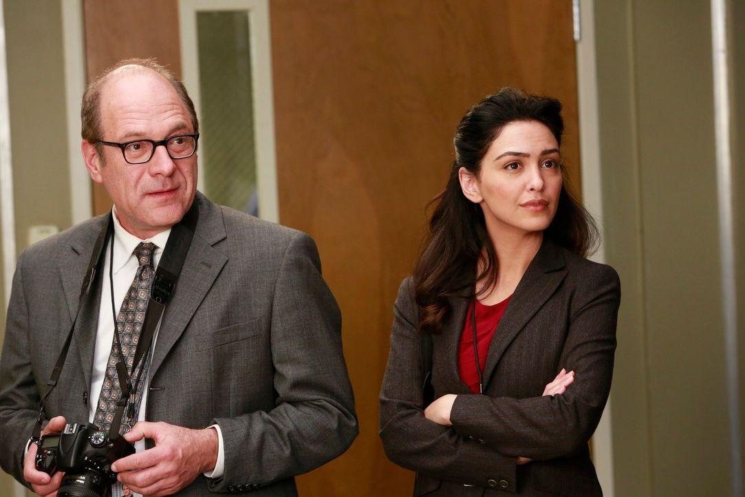 Begleiten Alex und Jackson bei ihrer Arbeit: Larry (Rob Brownstein, l.) und Amrita (Nazanin Boniadi, r.) ... - Bildquelle: ABC Studios