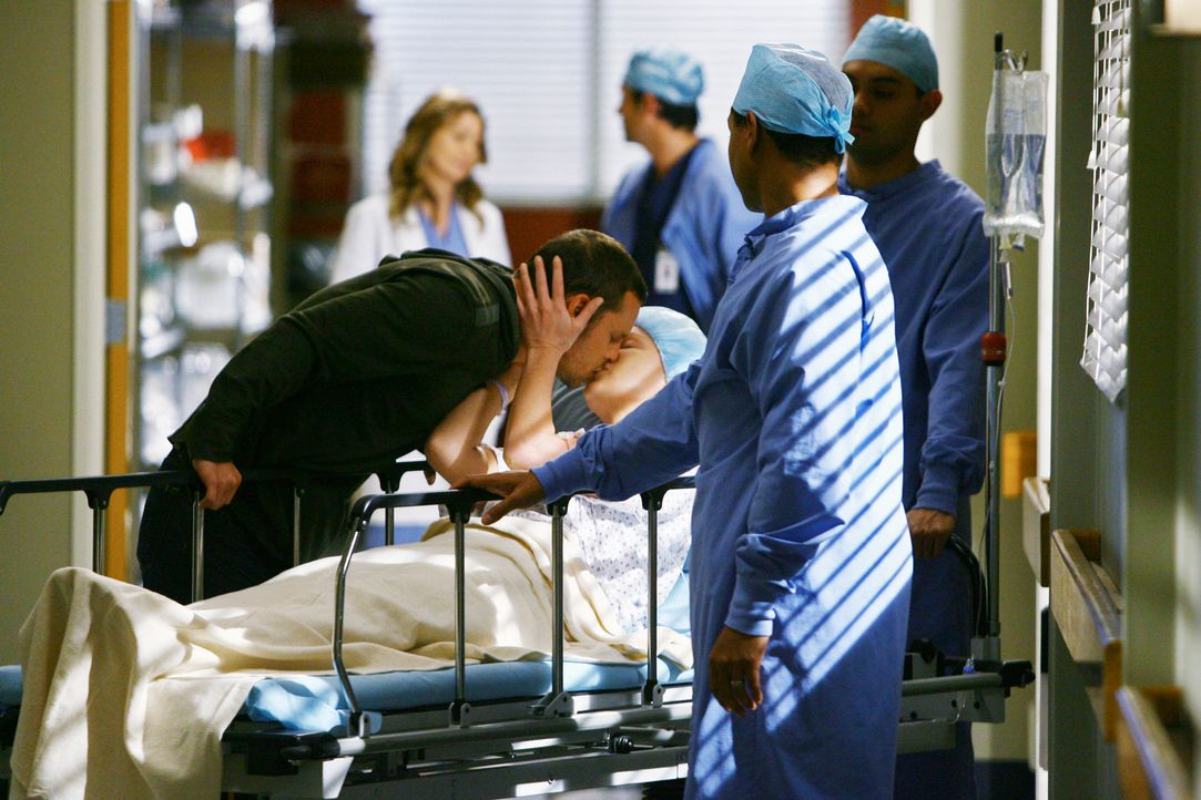 Nachdem Alison, eine Krebspatientin, kollabiert ist, entscheidet sich Izzie (Katherine Heigl, 2.v.l.) doch für die OP. Alex (Justin Chambers, l.) i... - Bildquelle: Touchstone Television