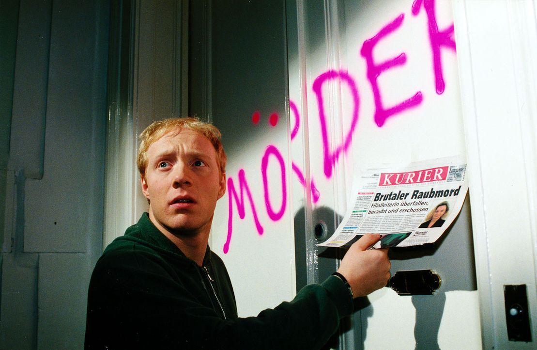 Der vorbestrafte Moritz Hollub (Simon Schwarz) erfährt aus der Zeitung, dass in der Nähe seiner Wohnung ein Raubmord begangen wurde. Er wird verdäch... - Bildquelle: Ali Schafler Sat.1