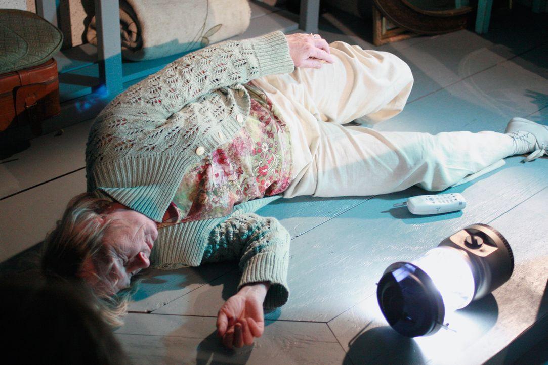 Als Mrs. McClusky (Kathryn Joosten) nach dem rechten in ihrer Kühltruhe sehen will, stürzt sie die Treppe hinunter und bleibt verletzt liegen ... - Bildquelle: 2005 Touchstone Television  All Rights Reserved