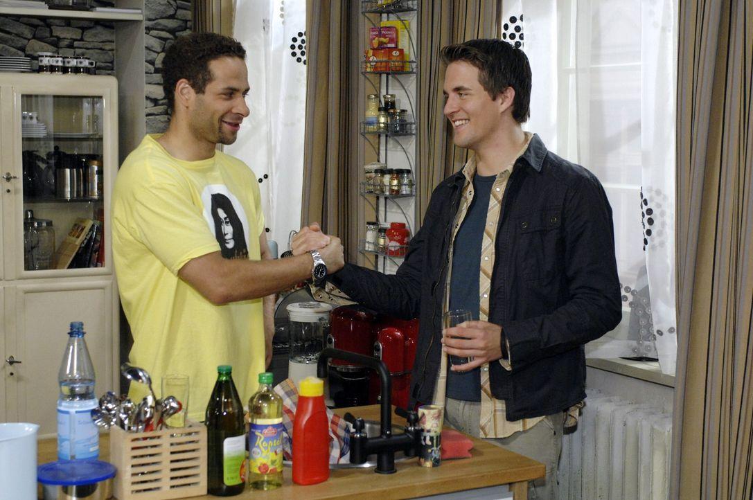 Jannick (Mike Adler, l.) freut sich, dass Lars (Alexander Klaws, r.) als Majas Nachmieter in die WG zieht. - Bildquelle: Oliver Ziebe Sat.1