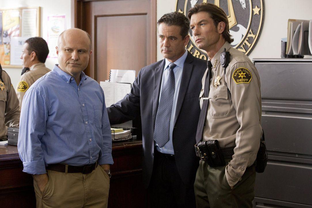 Während ihr Vater Keith (Enrico Colantoni, l.) voll hinter Veronica steht, auch wenn er nicht begeistert ist, dass sie wieder Detektiv spielt, stell... - Bildquelle: 2014 Warner Bros. Entertainment, Inc.