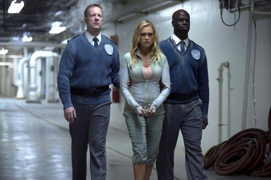 """Weil sie nicht an das Gute in den Menschen in """"Mount Weather"""" glauben kann, wird Clarke (Eliza Taylor, M.) kurzerhand wieder zur Gefangenen ... - Bildquelle: 2014 Warner Brothers"""