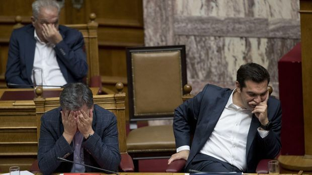 Der griechische Ministerpräsident Alexis Tsipras (r)
