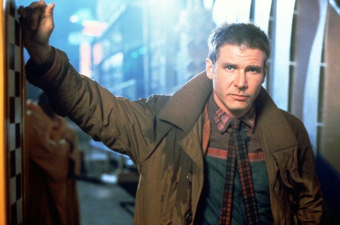 Replikantenjäger Rick Deckard (Harrison Ford) testet, ob sein Gegenüber ein Mensch oder ein Android ist. - Bildquelle: Warner Bros.