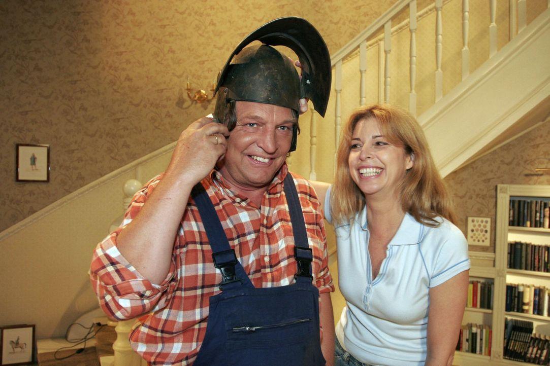 Bernd (Volker Herold, l.) und Laura (Olivia Pascal, r.) haben viel Spaß beim Renovieren - bis Helga anruft. - Bildquelle: Noreen Flynn Sat.1