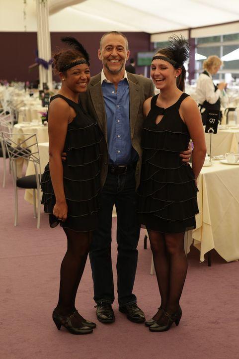 Brooke (r.) und Nikkita (l.) hoffen mit Michel Roux's Hilfe (M.), in der Gastronomie Fußfassen zu können ... - Bildquelle: Warner Bros.
