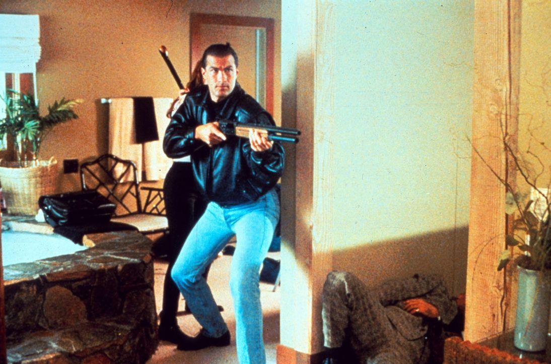 Auf eigene Faust versucht Cop Mason (Steven Seagal), die Auftraggeber eines Anschlags zu entlarven, der seiner Frau das Leben kostete ... - Bildquelle: Warner Bros.