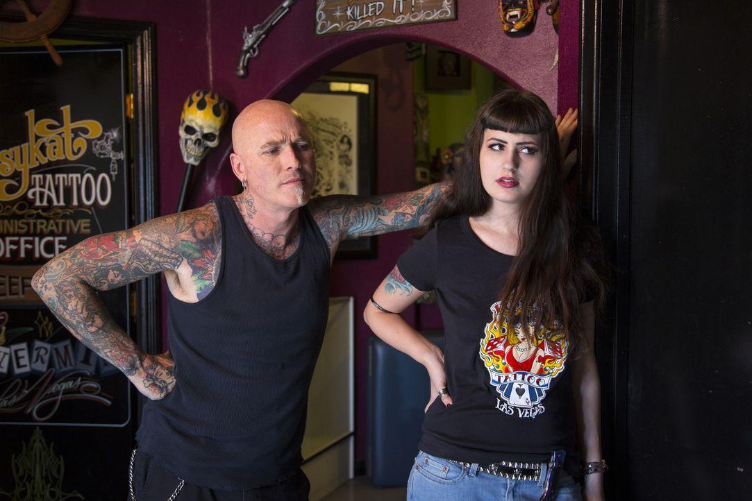 Assistentin Melanie (r.) hat mit Dirk (l.) und Ruckus viel zu tun, denn deren Mission ist klar: Katastrophale Tattoos in Kunstwerke verwandeln ... - Bildquelle: 2013 A+E Networks, LLC