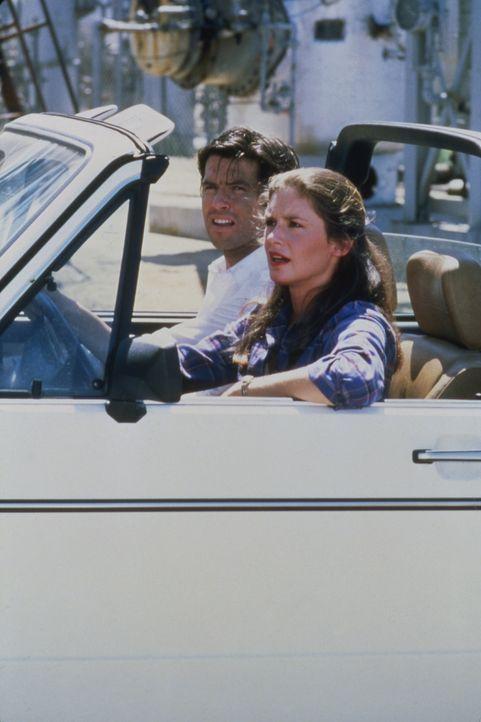 Laura (Stephanie Zimbalist, r.) und Remington (Pierce Brosnan, l.) machen Urlaub in Cannes. Doch schon bald bekommen sie einen neuen Fall, in dem si... - Bildquelle: Motion Picture   1985 MTM PRODUCTIONS.    2001 Twentieth Century Fox Film Corporation. All rights reserved.