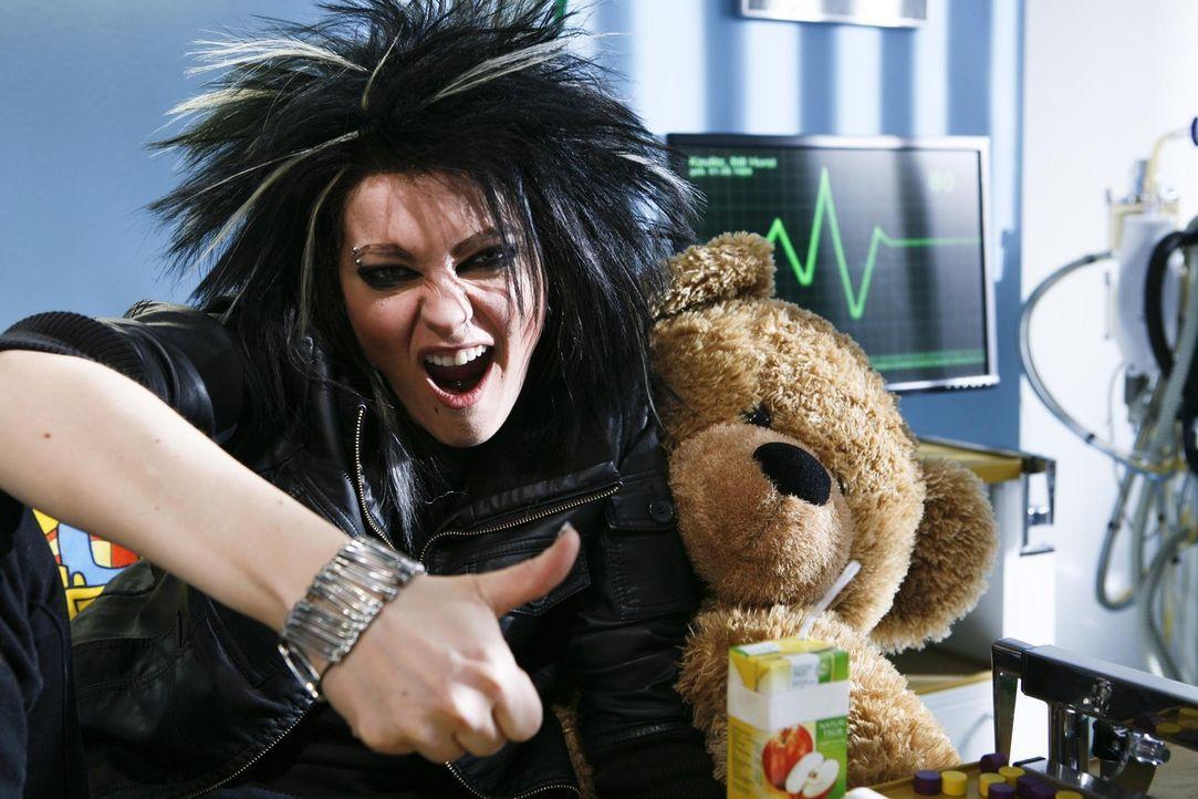 Stirnlappenkrampf oder Fehlfunktion des Hypothalamus? Tokio Hotel-Sänger Bill (Martina Hill) leidet an einem ansteckenden Virus - ein Fall für Dr. H... - Bildquelle: Kai Schulz ProSieben