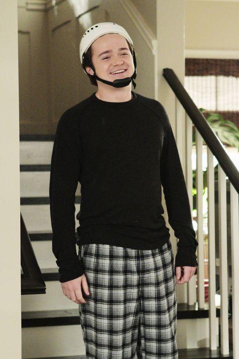 Travis (Dan Byrd) soll nach einem Unfall für eine gewisse Zeit lang einen Helm zum Schutz des Kopfes tragen, was er besonders uncool findet ... - Bildquelle: 2011 American Broadcasting Companies, Inc. All rights reserved.