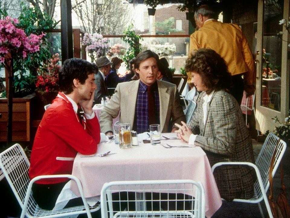 Noch sitzen Scotty (Jeffrey Weissman, l.), Lee (Bruce Boxleitner, M.) und Amanda (Kate Jackson, r.) gemütlich im Restaurant ...