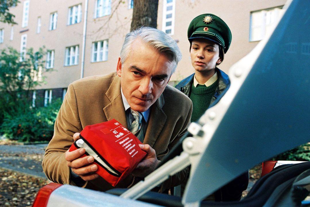Die Verkehrspolizistin (Tamara Simunovic, r.) kennt mit dem renitenten Felix (Christoph M. Ohrt, l.) kein Pardon ... - Bildquelle: Hardy Spitz Sat.1
