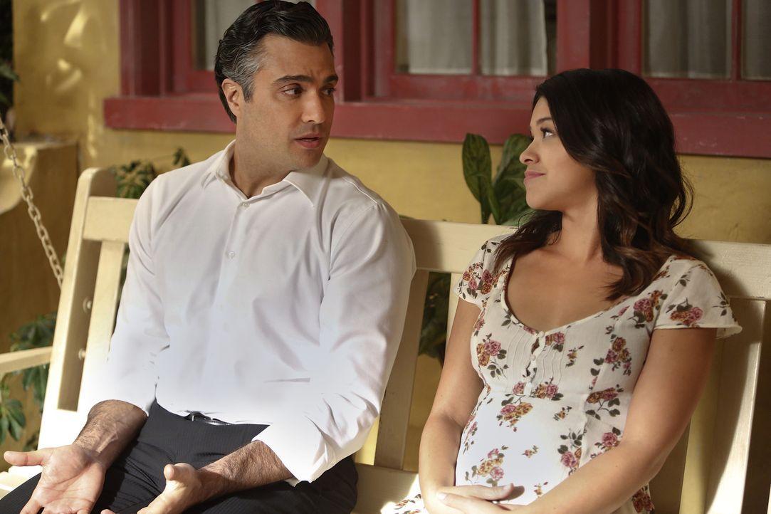 Möchte, dass sich ihre Mutter und Rogelio (Jaime Camil, l.) ihrer Gefühle füreinander bewusst werden: Jane (Gina Rodriguez, r.) ... - Bildquelle: 2014 The CW Network, LLC. All rights reserved.