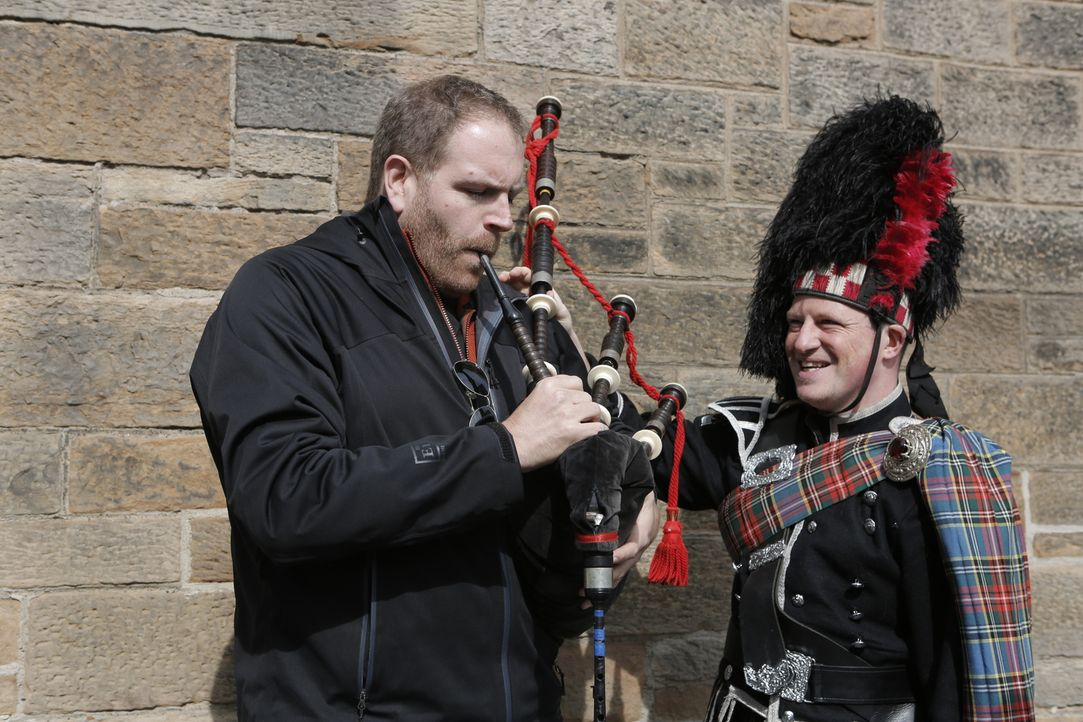 Josh Gates' (l.) nächstes Abenteuer führt ihn ins Vereinigte Königreich. In England, Schottland und Wales geht er der Sage um König Artus auf den Gr... - Bildquelle: 2015,The Travel Channel, L.L.C. All Rights Reserved
